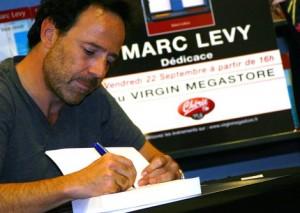 SEANCE DE DEDICACE AU VIRGIN DE NICE POUR MARC LEVY